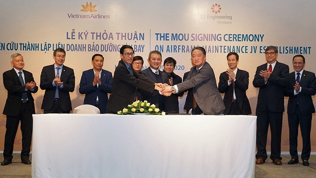 The signing ceremony between Vietnam Airlines and ST Engineering Aerospace