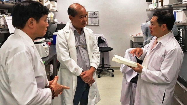 Prof. Dr. Phan Toan Thang (middle) in a laboratory in Singapore