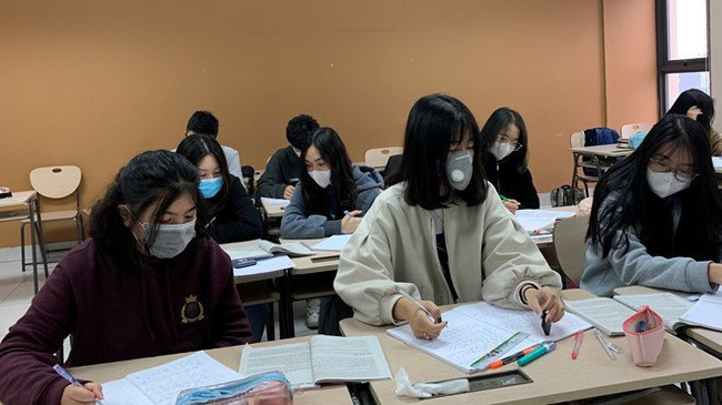 Students in many cities and provinces nationwide will return to school from February 17 after a two-weak break due to Covid-19. (Illustrative image)