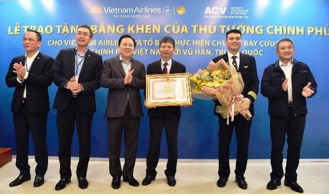 The Vietnam Airlines crew operating a recent special flight to Wuhan receives the Prime Minister's certificate of merit.