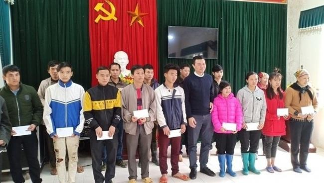 Representative of Nhan Dan Newspaper presents gifts to poor households.