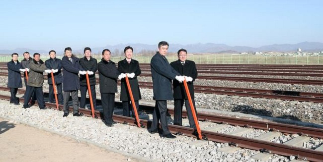 The two Korean officials unveil the sign of Seoul to Pyeongyang during a groundbreaking ceremony for the reconnection of railways and roads at the Panmun Station in Kaesong, DPRK, December 26, 2018. (Photo: Yonhap via Reuters).