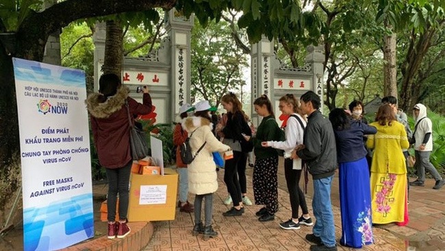Visitors to Ngoc Son Temple are provided with free masks. (Photo: hanoimoi.com.vn)