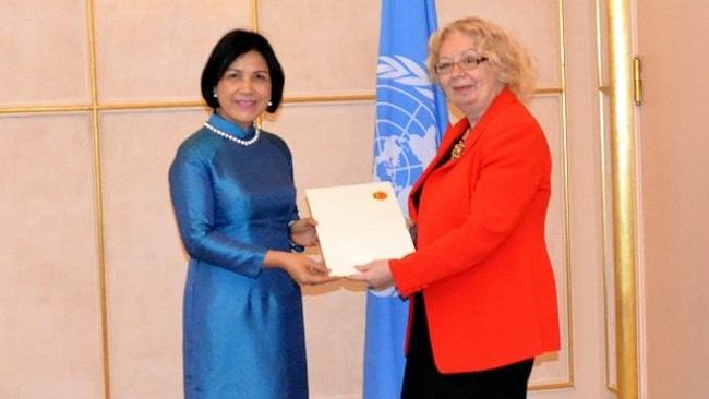 Ambassador Le Thi Tuyet Mai (L) presents her credentials to Director-General of the UN Office Tatiana Valovaya. (Photo: VNA)