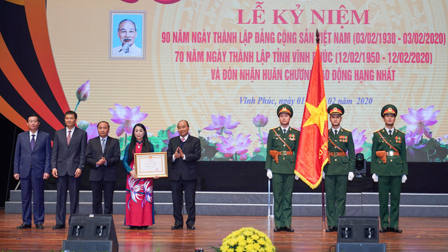 PM Nguyen Xuan Phuc presents the Labour Order (first class) to the authorities and people of Vinh Phuc province. (Photo: VGP)