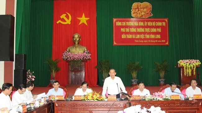 Deputy PM Truong Hoa Binh speaking at the working session with leaders of Vinh Long province