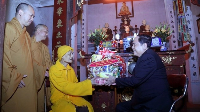 President of the Vietnam Fatherland Front Central Committee Tran Thanh Man (R) presents Tet gift to Supreme Patriarch of the Vietnam Buddhist Sangha, Most Venerable Thich Pho Tue, in Hanoi, January 14, 2020. (Photo: CPV)