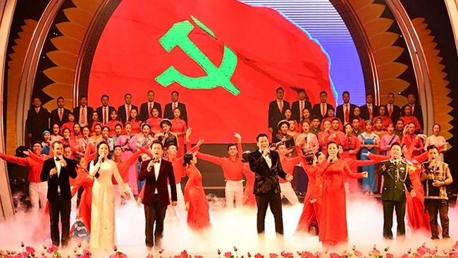 An art performance celebrates the 90th founding anniversary of the Communist Party of Vietnam. (Photo: NDO/Duy Linh)