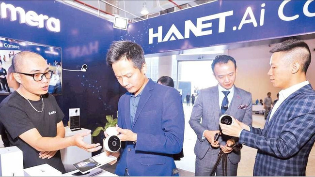 Visitors at the exhibition of technology products at Techfest 2019, the biggest annual event for Vietnam's start-up community (Photo: Minh Quyet/VNA)