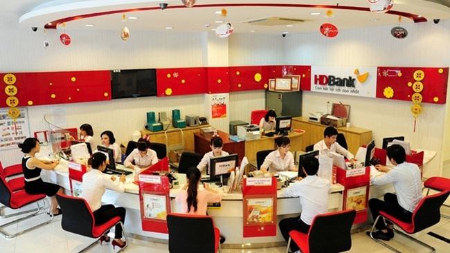 Customers transacting at HDBank. (Photo: NDO/Xuan Toan)