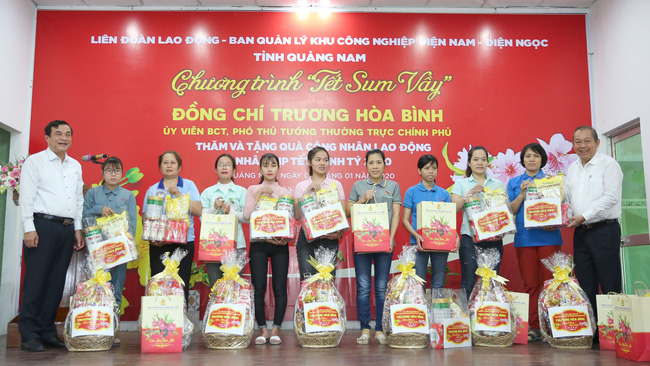 Permanent Deputy Prime Minister Truong Hoa Binh presents Tet gifts to disadvantaged workers in Quang Nam province on January 7. (Photo: VGP)