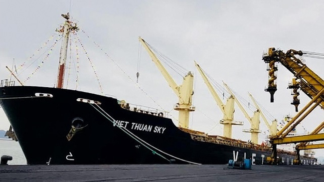 Viet Thuan Sky ship loading goods at Cam Pha Port, Quang Ninh Province on the first day of the Lunar New Year 2020 on January 25, 2020. (Photo: NDO/Quang Tho)