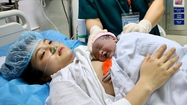 A mother and her baby at the National Hospital of Obstetrics and Gynaecology