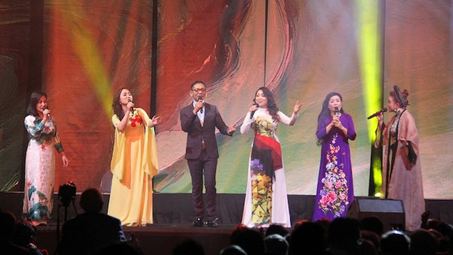An art performance by artists from Vietnam. (Photo: NDO)