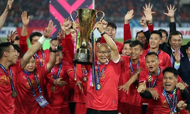 Coach Park Hang-seo (holding the trophy) leads Vietnamese football to constant success in 2019.