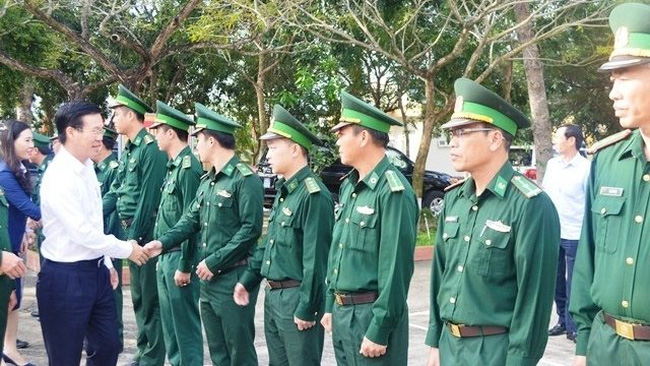 Politburo member and Head of the Party Central Committee's Commission for Communications and Education Vo Van Thuong (far left) conveys his Tet wishes to Duc Minh Border Guard officers and soldiers, Quang Ngai Province, January 20, 2020. (Photo: NDO)