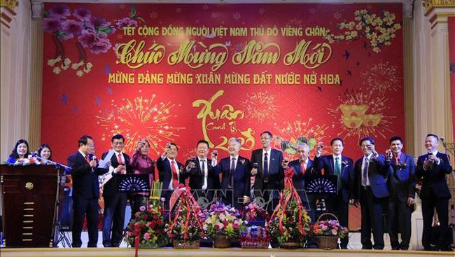 Participants make a boast to celebrate Lunar New Year at an event held in Vientiane on January 19 (Photo: VNA)
