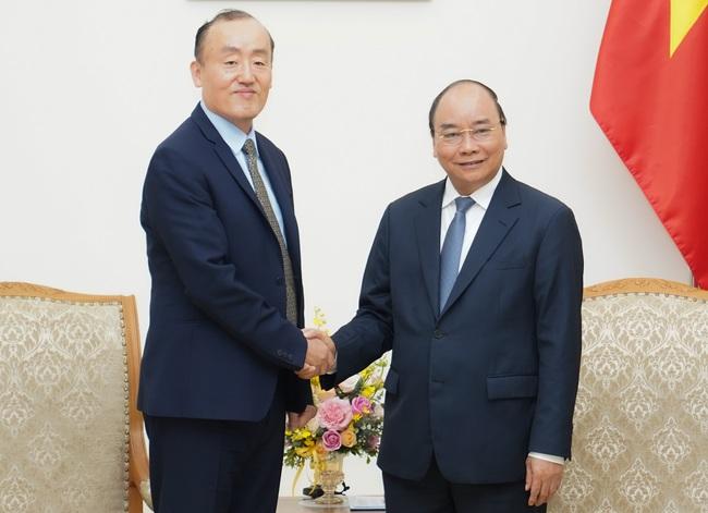 Prime Minister Nguyen Xuan Phuc (R) and WHO Representative in Vietnam Park Ki-dong. (Photo: NDO/Tran Hai)