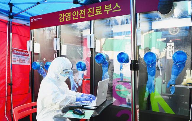 Buồng xét nghiệm COVID-19 như bốt điện thoại ở Hàn Quốc - ảnh 2