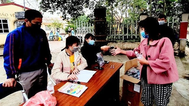 Free face masks distributed to local residents in Son Loi commune, Binh Xuyen district, Vinh Phuc province.