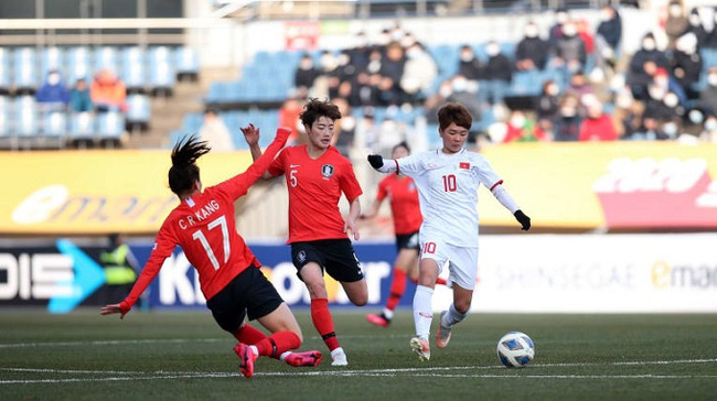 Vietnam (in white) qualify for the play-off round of the Tokyo 2020 women's football tournament as the Group A runners-up. (Photo: VFF)