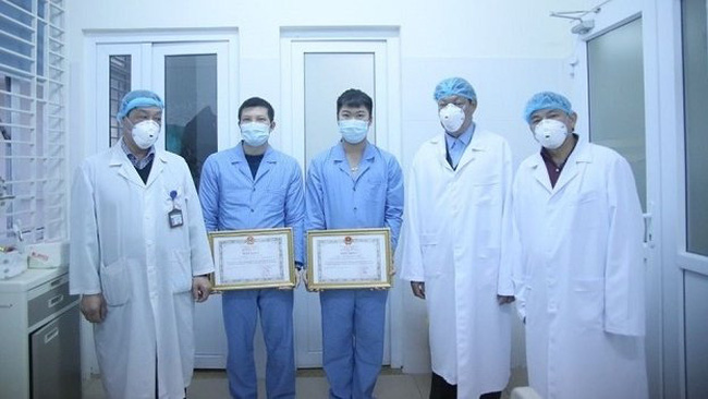 Officials from the Ministry of Health awarded Certificates of Merit to doctors who accompanied a delegation of 30 Vietnamese citizens returning home from Wuhan, China.