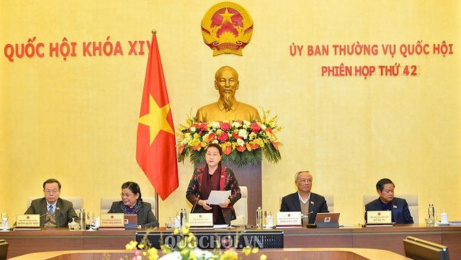 National Assembly Chairwoman Nguyen Thi Kim Ngan (standing) speaks at the 42nd session of the National Assembly Standing Committee. (Photo: quochoi.vn)