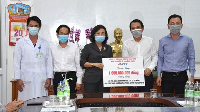 Representatives from Da Nang International Terminal Investment and Operation Joint Stock Company donate VND1 billion to the city's health sector in support of COVID-19 prevention and control in Da Nang. (Photo: NDO/Anh Dao)
