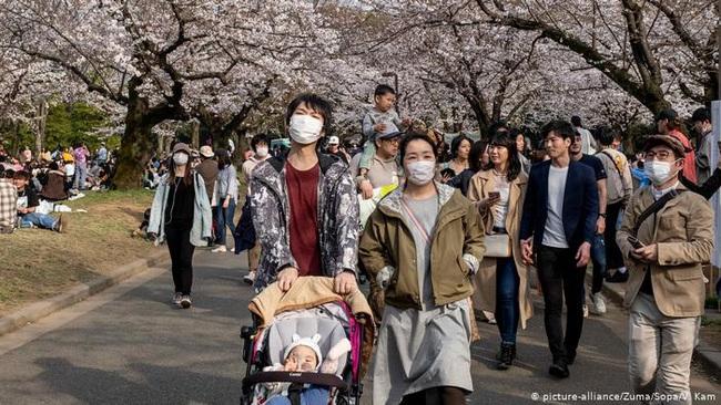 Nhật Bản nâng mức cảnh báo với dịch COVID-19 - ảnh 1