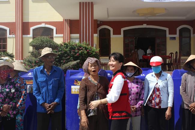 Tổng cục Phòng chống thiên tai trao tặng bồn chứa nước cho người dân ĐBSCL - ảnh 3