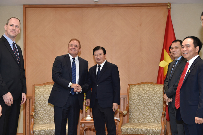 Deputy PM Trinh Dinh Dung (right) and Paul Blakeley, President and Chief Executive Officer of Jadestone Energy Inc. (Photo: VGP)