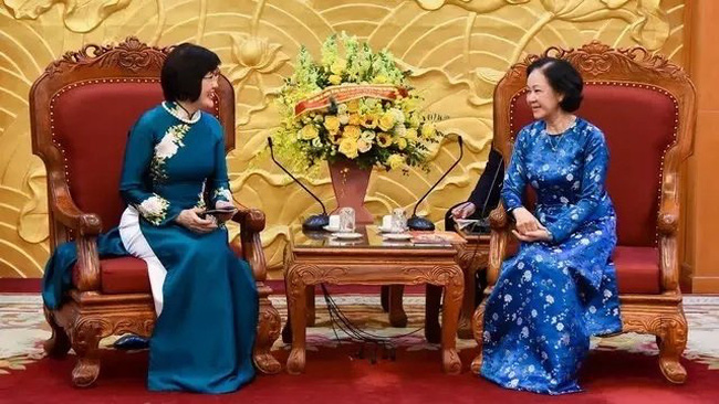 Politburo member Truong Thi Mai and ASEAN Community Women's Group Ambassador Nguyen Nguyet Nga (Photo: To Quoc)
