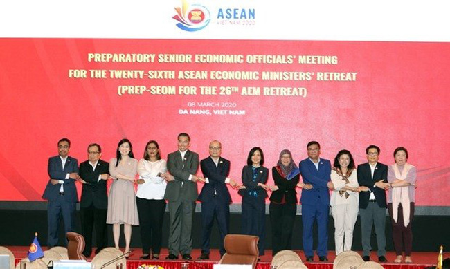 Officials pose for a photo at the meeting in Da Nang city on March 8 (Photo: VNA)
