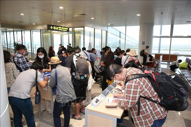 International passengers fill out health declaration forms at the Noi Bai International Airport in Hanoi. (Photo: VNA)