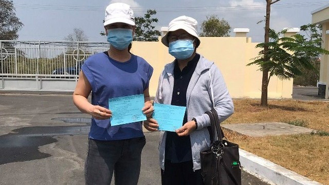 Two patients are declared fully recovered and discharged from the Can Gio Hospital for COVID-19 Treatment in Ho Chi Minh City on April 9, 2020. (Photo: suckhoedoisong.vn)
