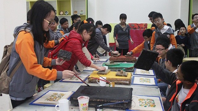 Students are instructed to make Dong Ho paintings. (Photo: VOV)