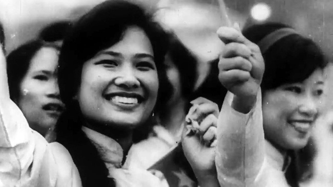 Saigon people welcome the liberation army forces. (A scene from the documentary film