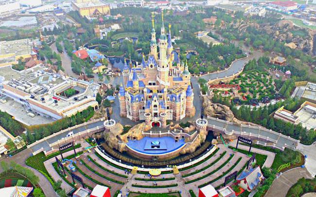 Disneyland Thượng Hải (Trung Quốc) đón khách trở lại - ảnh 1
