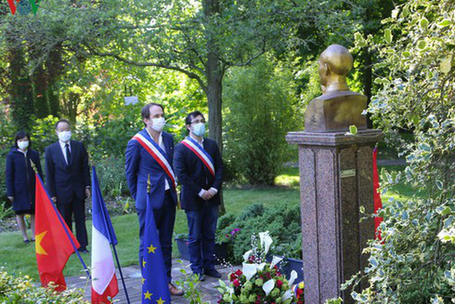 Ambassador nguyen Thiep and Montreuil mayor Patrice Bessac paid a florval tribute to President Ho Chi Minh at Montreuil Park