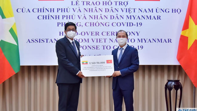 Deputy Minister of Foreign Affairs Nguyen Quoc Dung has symbolically handed over US$50,000 as a gift from Vietnam to Myanmar Ambassador Kyaw Soe Win.