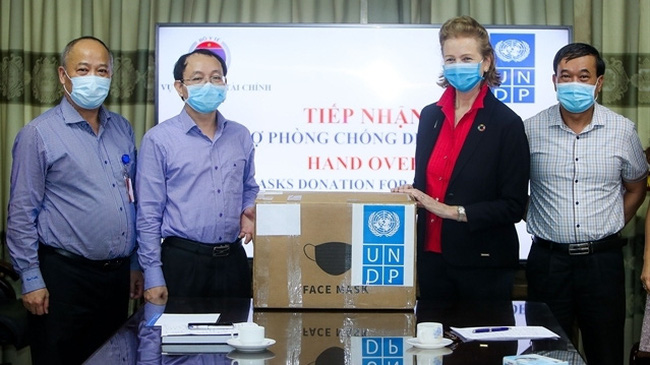 NDP Resident Representative Caitlin Wiesen (second from right) hands over the surgical masks to representatives from the Ministry of Health. (Photo: UNDP Vietnam)