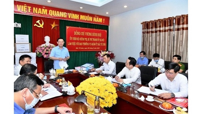 Secretary of the Hanoi Municipal Party Committee Vuong Dinh Hue (standing) speaks at a meeting with the Bac Tu Liem District Party Committee on May 6, 2020. (Photo: NDO/Duy Linh)