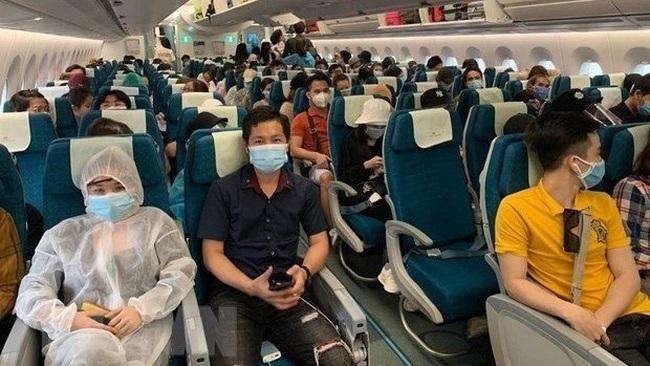 Vietnamese citizens on Vietnam Airlines' flight (Photo: VNA)
