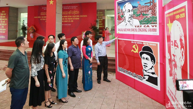 At the propaganda painting exhibition in Nghe An province, the hometown of Uncle Ho. (Photo: baonghean)