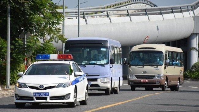The passengers being sent to state-designated facilities for compulsory quarantine for 14 days, after landing at Da Nang International Airport on May 16. (Photo: NDO/Anh Dao)