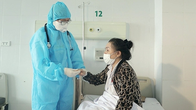 A doctor examines a patient undergoing treatment at the Hanoi-based National Hospital of Tropical Diseases.