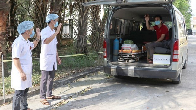 Doctors at Kim Son district's General Hospital in northern Ninh Binh province bid farewell to a recovered patient. (Photo: VNA)