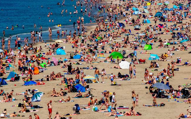 """Các bãi biển châu Âu """"vỡ trận"""" do nhiệt độ tăng cao - ảnh 4"""