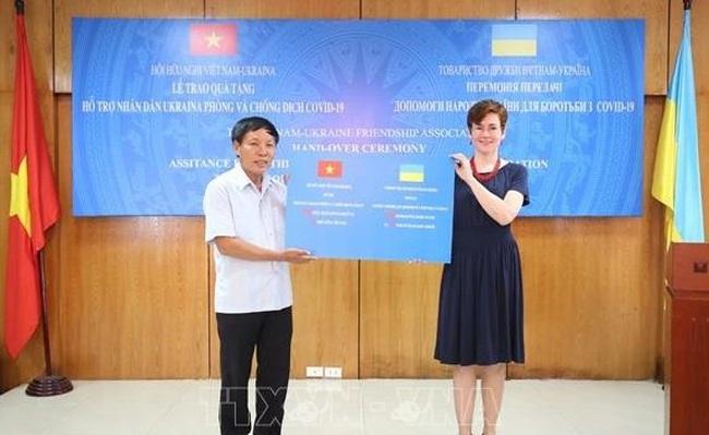VUFA Chairman Dang Van Chien (L) presents the donations to Nataliya Zhykina, Charge d'Affaires of the Ukrainian Embassy in Vietnam. (Photo: VNA)
