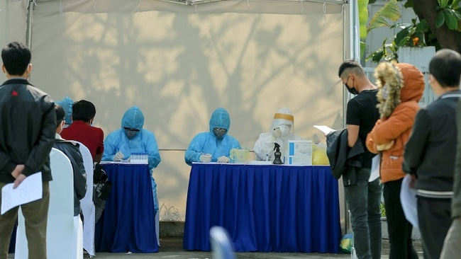 Hanoi offered COVID-19 rapid test for nearly 500 flower traders in Tay Tuu, Bac Tu Liem District, on April 14, 2020. (Photo: NDO)